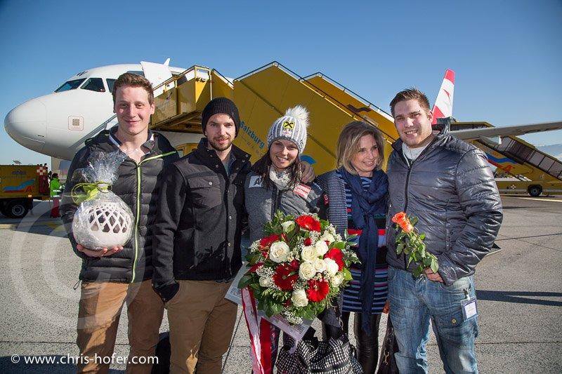 Anna Fenninger wird am Salzburg Airport empfangen, 2015-02-14, Foto: Chris Hofer