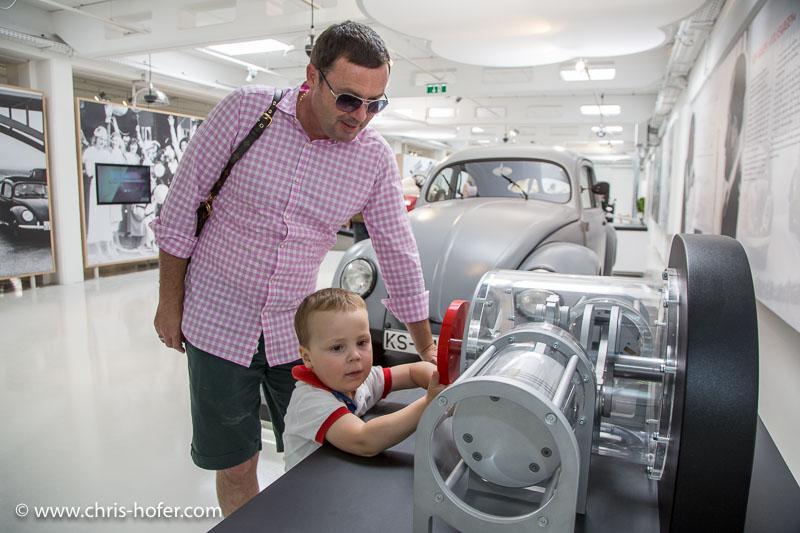 """Eröffnung Fahrtraum Mattsee, 2013-06-15; Foto: Chris Hofer; Bild zeigt: Lukas beim Versuchsobjekt """"Boxermotor"""""""