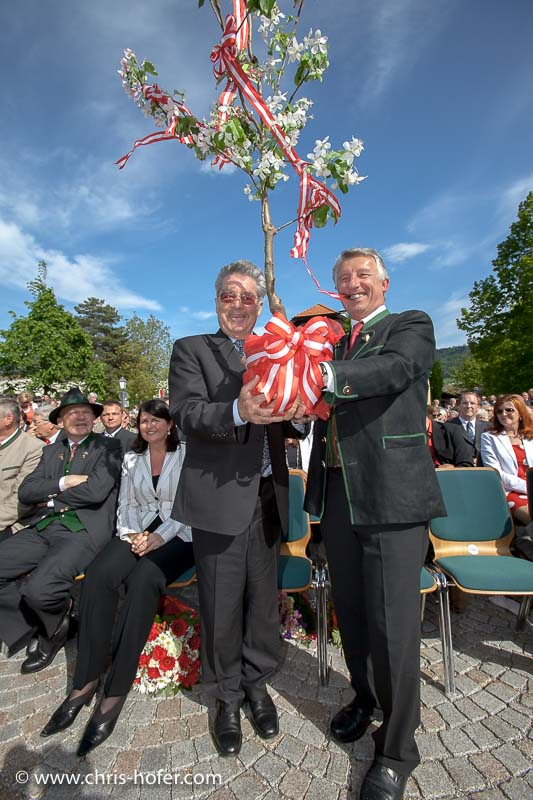 Eröffnungsfeier Mesnergütl Gemeinde Hallwang, 2011-04-29, Foto: Chris Hofer, Bild zeigt: Bundespräsident Heinz Fischer, Bgm. Helmut Mödlhammer