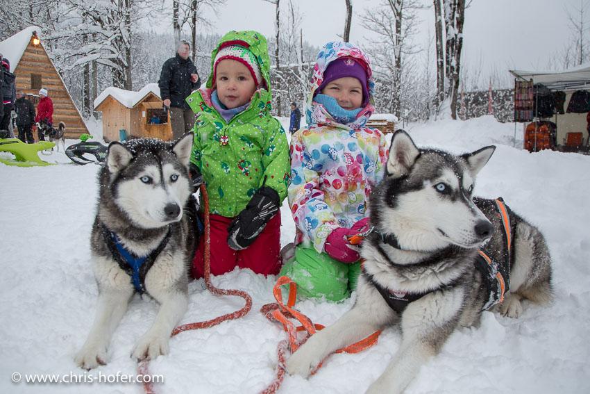 Hundeschlittenrennen Werfenweng 08.01.2017 Foto: Chris Hofer Bild zeigt: Nina (2) mit Hund Lucy und Leonie (6) mit Hund Nala