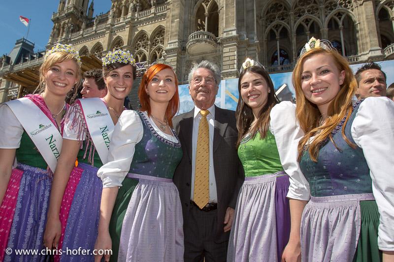 Eröffnung Steiermarkdorf beim Rathaus Wien, 2015-04-16; Foto: Chris Hofer, Bild zeigt: Bundespräsident Heinz Fischer inmitten der Narzissen-Schönheiten und den Steirischen Weinhoheiten